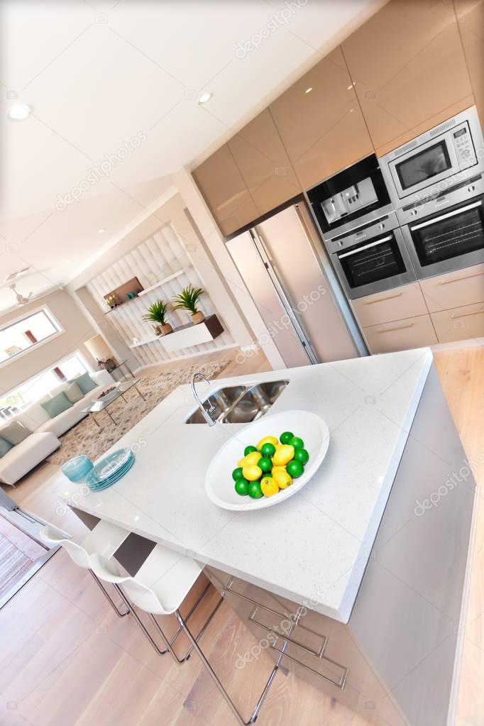 ceramic kitchen top outside designs 现代厨房内饰和豪华的h 在桌上的水果 图库照片 c jrstock1 130366378 豪华的厨房有附adorns 使用的装饰品 它像一个客厅的房间 还有白色的表是作为由闪亮的陶瓷材料制成的柜台 它的顶部有一个银的颜色水槽与两个部分和水果甜品