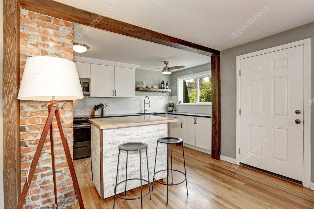 grey kitchen backsplash cost 白色和灰色的厨房室内 图库照片 c iriana88w 128038144 白色的厨房室内与灰色的详细信息 白色的后挡板和小厨房岛在旧的风格和红砖口音墙设计 西北美国 照片作者iriana88w