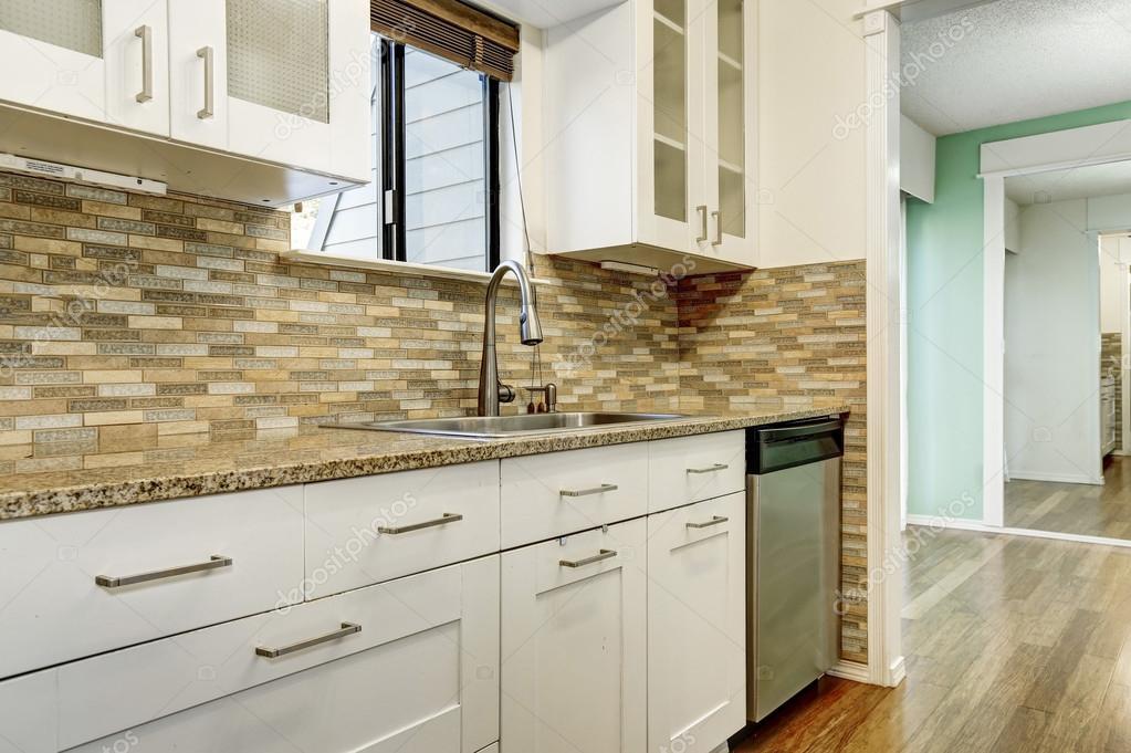 kitchen back splash rustic lighting ideas 现代白色橱柜 棕色马赛克背飞溅在公寓里 图库照片 c iriana88w 128039284