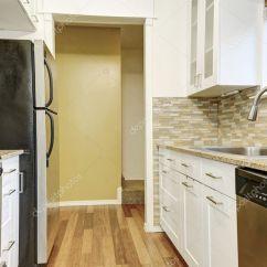 Modern Kitchen Backsplash Design Ideas For Small Galley Kitchens 现代白色橱柜 布朗镶嵌在公寓里的后挡板 图库照片 C Iriana88w 128039382