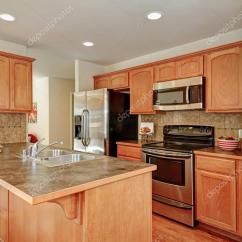 Backsplash In Kitchen Cream Cabinet Ideas 厨房里的棕色和白色的颜色 图库照片 C Iriana88w 129353528 美国厨房里的后挡板瓷砖 酒吧风格厨房岛和储藏室的棕色和白色颜色 西北美国 照片作者iriana88w