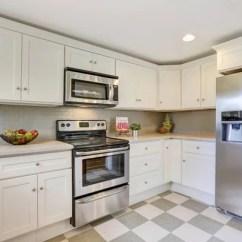 White Kitchen Backsplash Lowes Pantry 白色的厨房存储组合、 后挡板和瓷砖地板 — 图库照片©iriana88w#130427738