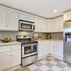 Kitchen Backsplashes Cabinet Painting Ideas 白色的厨房存储组合 后挡板和瓷砖地板 图库照片 C Iriana88w 130427738