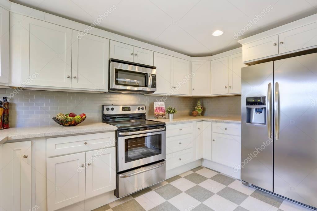 kitchen backspash comfort mats 白色的厨房存储组合 后挡板和瓷砖地板 图库照片 c iriana88w 130427738