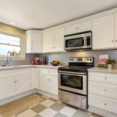 Kitchen Backspash Small Island 白色的厨房存储组合 后挡板和瓷砖地板 图库照片 C Iriana88w 130427740