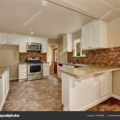 Modern Kitchen Backsplash Knives Made In Usa 美国经典风格厨房室内 图库照片 C Iriana88w 130560286 美国经典风格厨房室内与白色橱柜 米色瓷砖地板和后挡板 西北美国 照片作者iriana88w