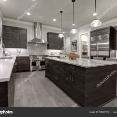 Modern Kitchen Backsplash Corner Seating 现代的灰色厨房功能黑灰色的平面前方柜子 图库照片 C Iriana88w 138641974 现代的灰色厨房功能黑灰色的平面前方橱柜搭配白色石英台面和有光泽的灰色线性平铺后挡板 西北 我们 照片作者iriana88w