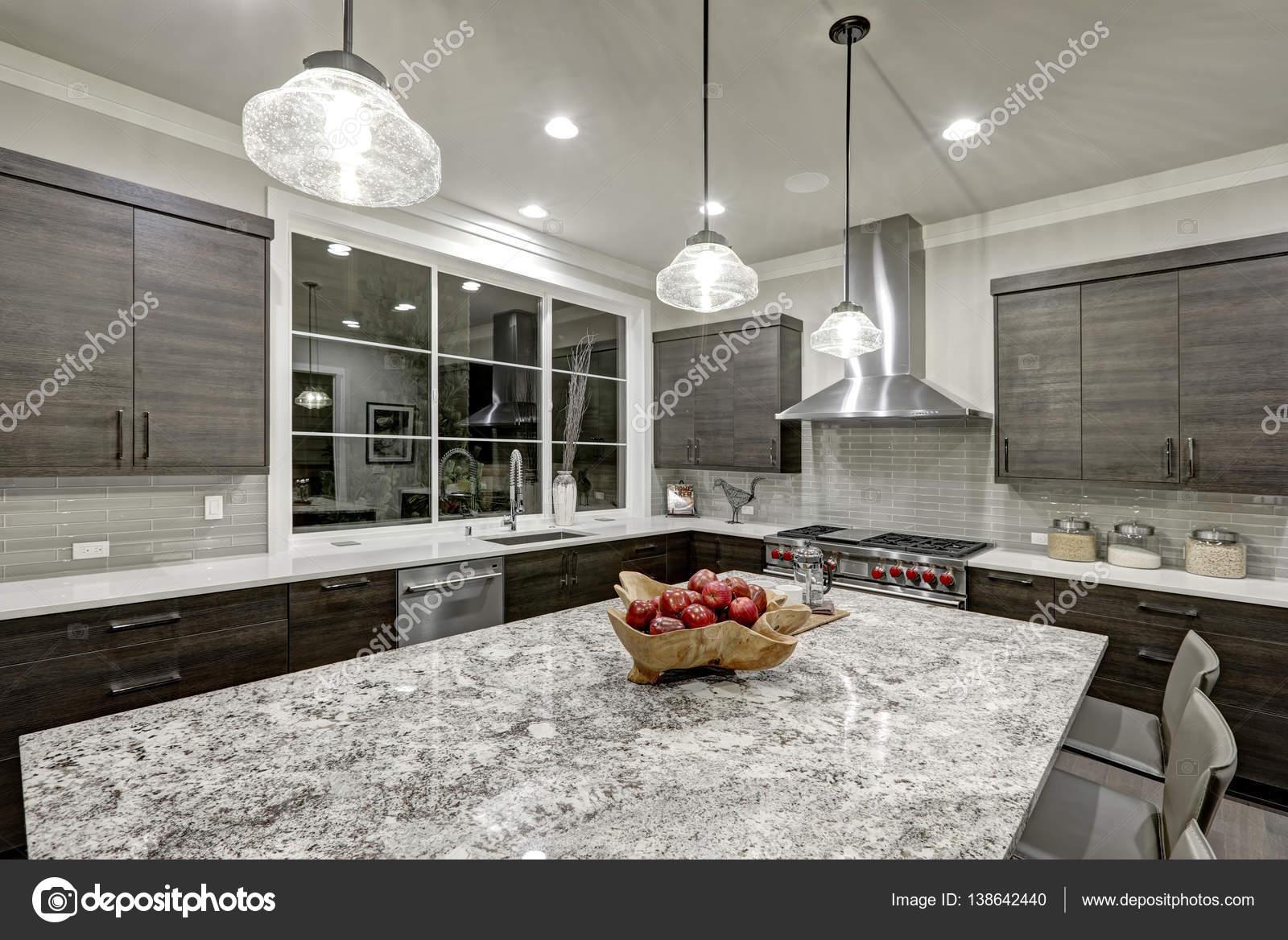 modern kitchen backsplash stainless steel racks 在新的豪华住宅的现代传统厨房设计 图库照片 c iriana88w 138642440 现代传统厨房设计在新豪华房子特色暗灰色文件柜 白色石英和花岗岩台面 光泽灰色线性平铺后挡板和大厨房岛