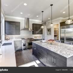 Modern Kitchen Backsplash Country Decorations 现代的灰色厨房功能黑灰色的平面前方柜子 图库照片 C Iriana88w 138642802 现代的灰色厨房功能黑灰色的平面前方橱柜搭配白色石英台面和有光泽的灰色线性平铺后挡板 酒吧风格厨房岛与花岗岩台面