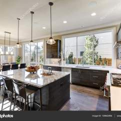 Modern Kitchen Backsplash Best Way To Clean Wood Cabinets In 现代的灰色厨房功能黑灰色的平面前方柜子 图库照片 C Iriana88w 138642804 现代的灰色厨房功能黑灰色的平面前方橱柜搭配白色石英台面和有光泽的灰色线性平铺后挡板 酒吧风格厨房岛与花岗岩台面