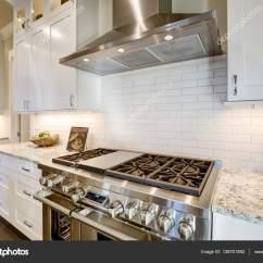 White Kitchen Backsplash Designers Charlotte Nc 美丽厨房功能一个角落充满钢炉 图库照片 C Iriana88w 138701892 美丽厨房功能一个角落充满不锈钢灶具 抽油烟机 白色地铁瓷砖搭配花岗岩台面的后挡板 西北美国 照片作者iriana88w