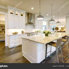 Kitchen Island With Bar Reface Depot 白色的厨房设计在豪华的新家 图库照片 C Iriana88w 138701956 白色的厨房设计具有大型酒吧风格厨房岛与花岗岩台面被现代吊灯照亮 开着的门导致宽敞的厨房 西北美国 照片作者iriana88w