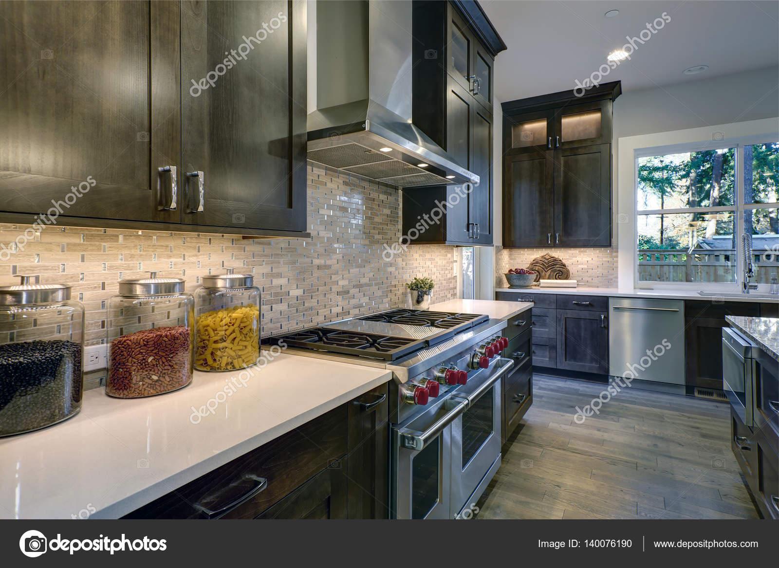 modern kitchen backsplash apron front sinks 现代厨房与棕色的厨房橱柜 图库照片 c iriana88w 140076190 现代厨房与棕色搭配白色台面的厨柜 不锈钢罩6 个燃烧器范围和米色的后挡板 西北 我们 照片作者iriana88w