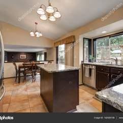 Kitchen Island Counter Apartment Size Appliances 经典厨房的房间设计与厨房岛 图库照片 C Iriana88w 142025108 黑暗的实木橱柜 配上光滑的花岗岩柜台 不锈钢器具和瓷砖地板 西北美国 照片作者iriana88w