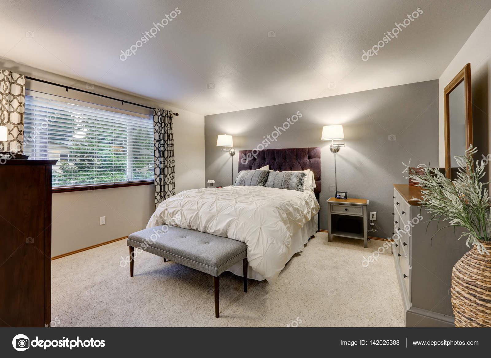 Mooie slaapkamer met grijs accent muur  Stockfoto