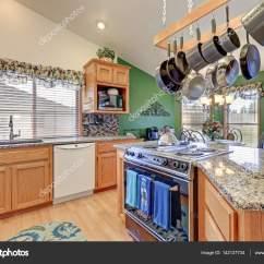 Mosaic Backsplash Kitchen Tools And Equipment 明亮的彩色华逸厨房房间设计 图库照片 C Iriana88w 142137734 明亮的蓝巴勒海峡厨房拥有拱形的天花板上在酒吧风格厨房岛与厨房挂上面 花岗岩柜台 马赛克后挡板和早餐角落与绿墙架