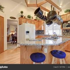 Mosaic Backsplash Kitchen Table White 明亮的彩色华逸厨房房间设计 图库照片 C Iriana88w 142137864 明亮的蓝巴勒海峡厨房拥有拱形的天花板在酒吧风格厨房岛挂机架上面 用花岗岩台面搭配马赛克后挡板的实木橱柜的厨房