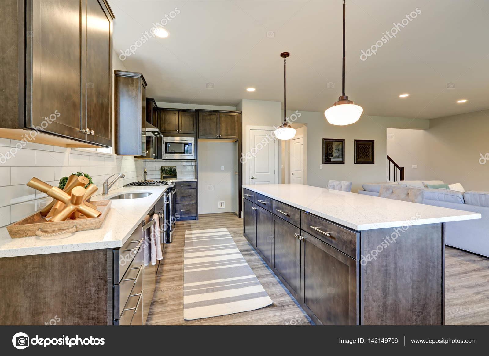 grey kitchen backsplash commercial flooring epoxy 新厨房拥有黑暗的实木橱柜 大岛 图库照片 c iriana88w 142149706 白色后挡板地铁瓷砖 在大小岛屿与白色和灰色石英计数器被垂饰灯照射 西北美国 照片作者iriana88w
