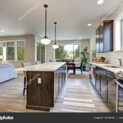 Grey Kitchen Backsplash Prefabricated Cabinets 新厨房拥有黑暗的实木橱柜 大岛 图库照片 C Iriana88w 142149752 白色后挡板地铁瓷砖 在大小岛屿与白色和灰色石英计数器被垂饰灯照射 西北美国 照片作者iriana88w