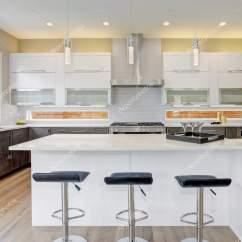 White Kitchen Backsplash Sink Faucet Parts 在一个全新的家豪华厨房 图库照片 C Iriana88w 154753746 豪华厨房重音与大厨房岛配上白色石英 自然后挡板 自然棕色的木柜 具有充足的自然光线 西北美国 照片作者iriana88w