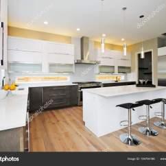 Backsplash Ideas For Small Kitchen Table With Drawers 在一个全新的家豪华厨房 图库照片 C Iriana88w 154754186 豪华厨房与自然后挡板 白石英 天然棕色实木橱柜和大量光线 西北美国 照片作者iriana88w