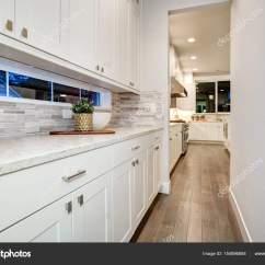 Modern Kitchen Backsplash White Table 白湿的栏功能白现代厨柜 图库照片 C Iriana88w 154896884 白色的厨房湿的栏功能白色现代橱柜搭配灰色马赛克瓷砖后挡板帧长气窗窗口 西北 我们 照片作者iriana88w