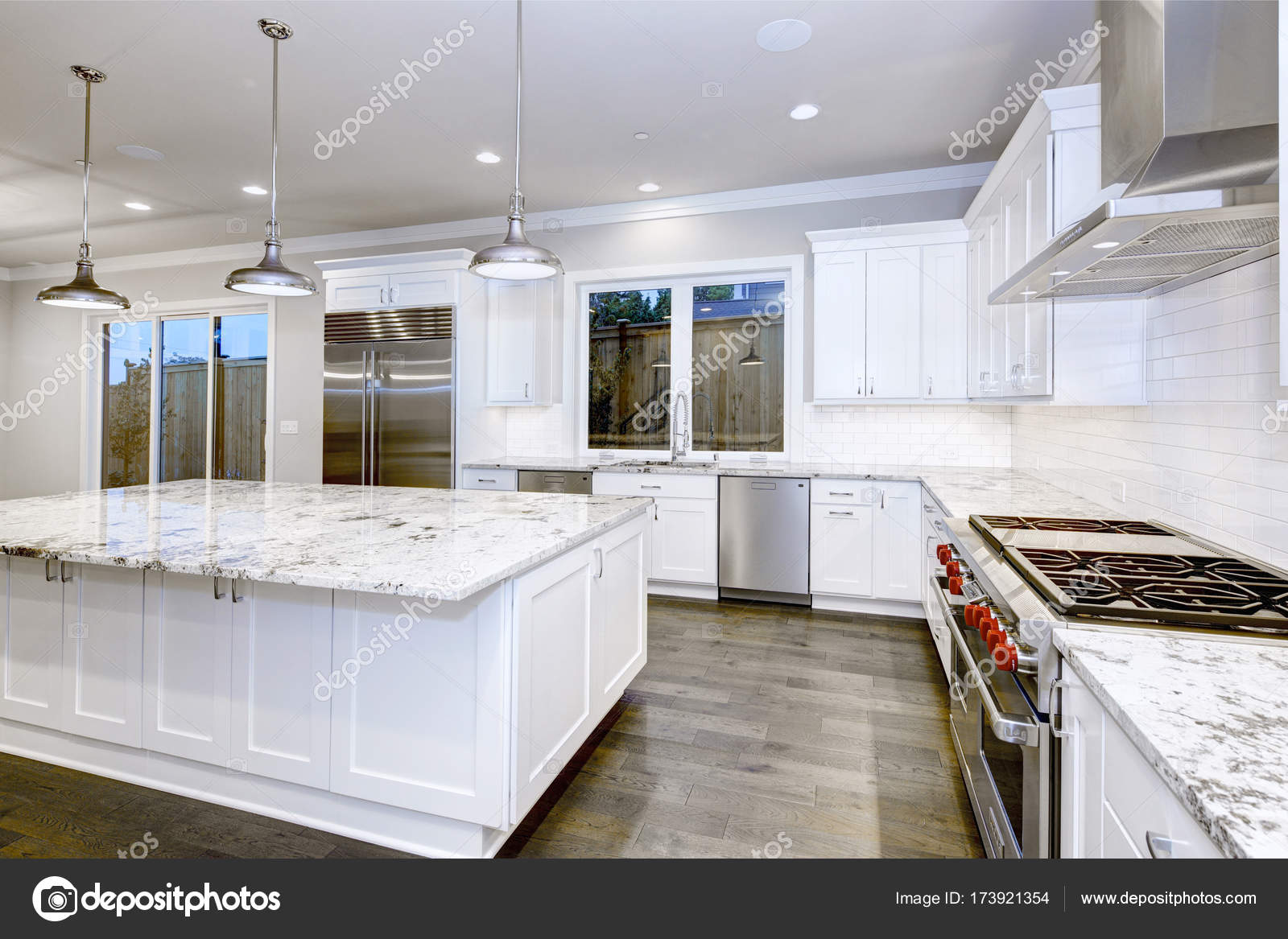 cheap unfinished kitchen cabinets solid wood toy 大 宽敞厨房设计与白色厨柜 图库照片 c iriana88w 173921354 large spacious design with white island lots of storage granite countertops subway tiles and stainless