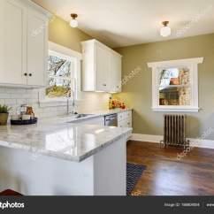 Kitchen Updates Cheap Gadgets 新鲜更新的白色和绿色厨房房间内部 图库照片 C Iriana88w 186809004