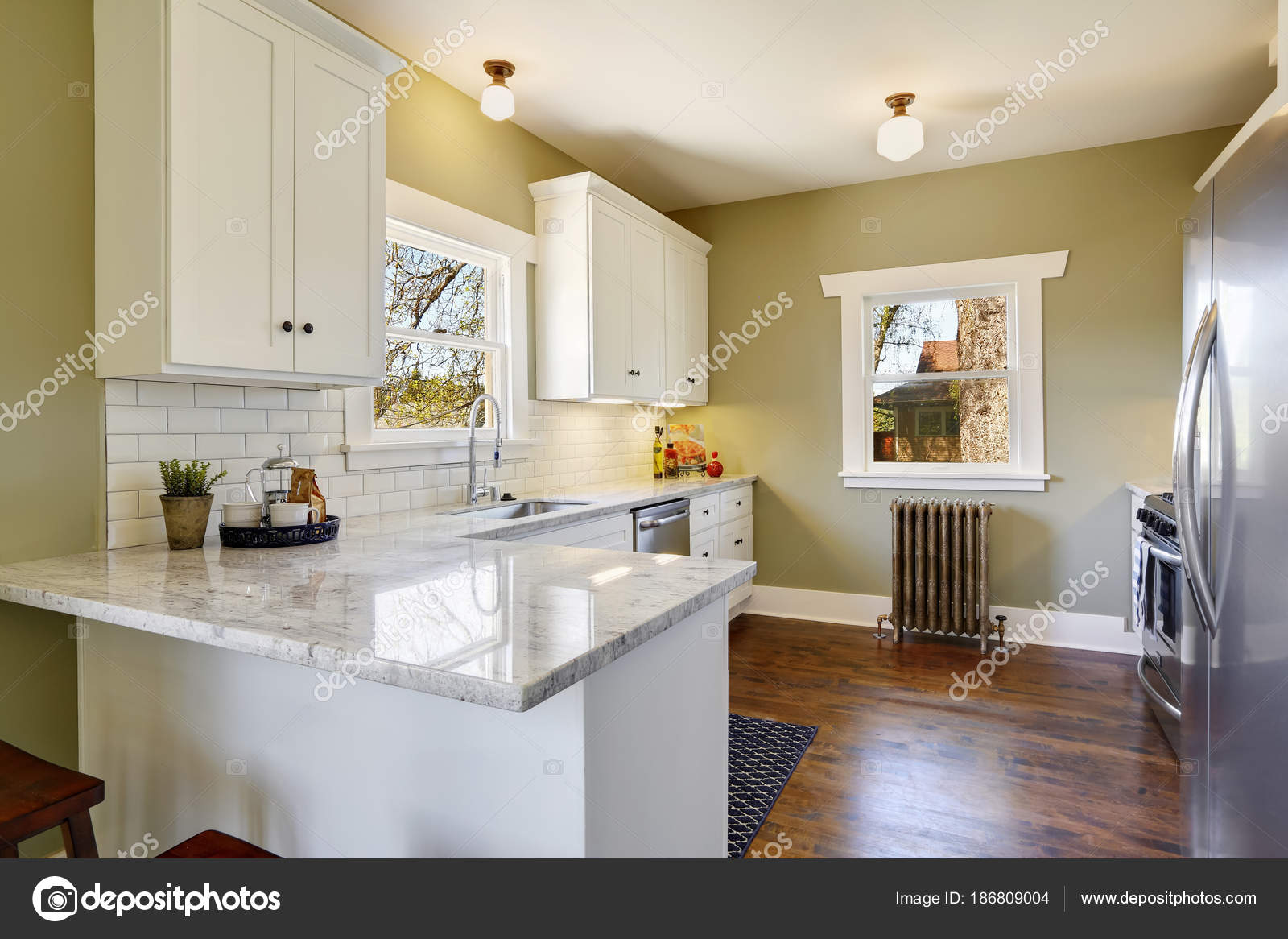 updated kitchens how to replace kitchen cabinets 新鲜更新的白色和绿色厨房房间内部 图库照片 c iriana88w 186809004