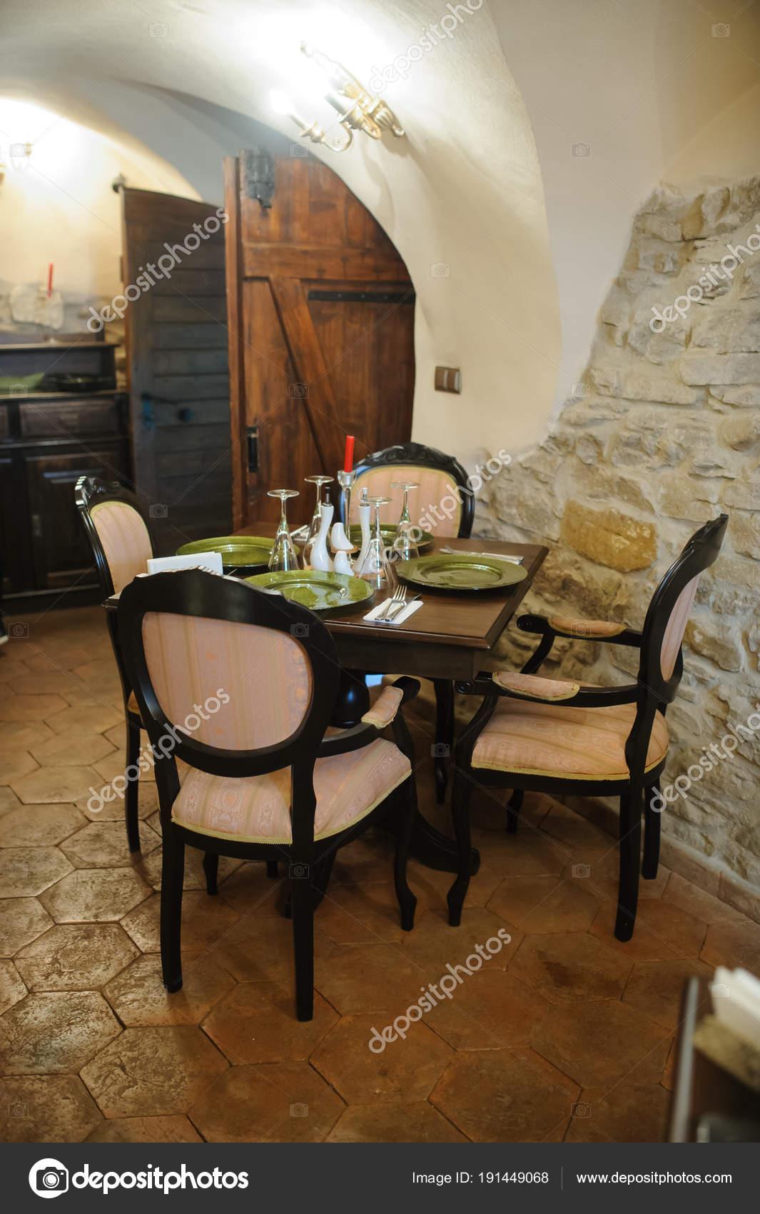 antique kitchen table delta faucet oil rubbed bronze 古董餐厅 带椅子的桌子 图库照片 c med photo studio 191449068 桌子和椅子 准备就餐 照片作者med