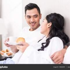 Kitchen Lazy Susan Cool Faucets 懒洋洋地躺在床上对亚裔夫妇 图库照片 C Kzenon 139232570