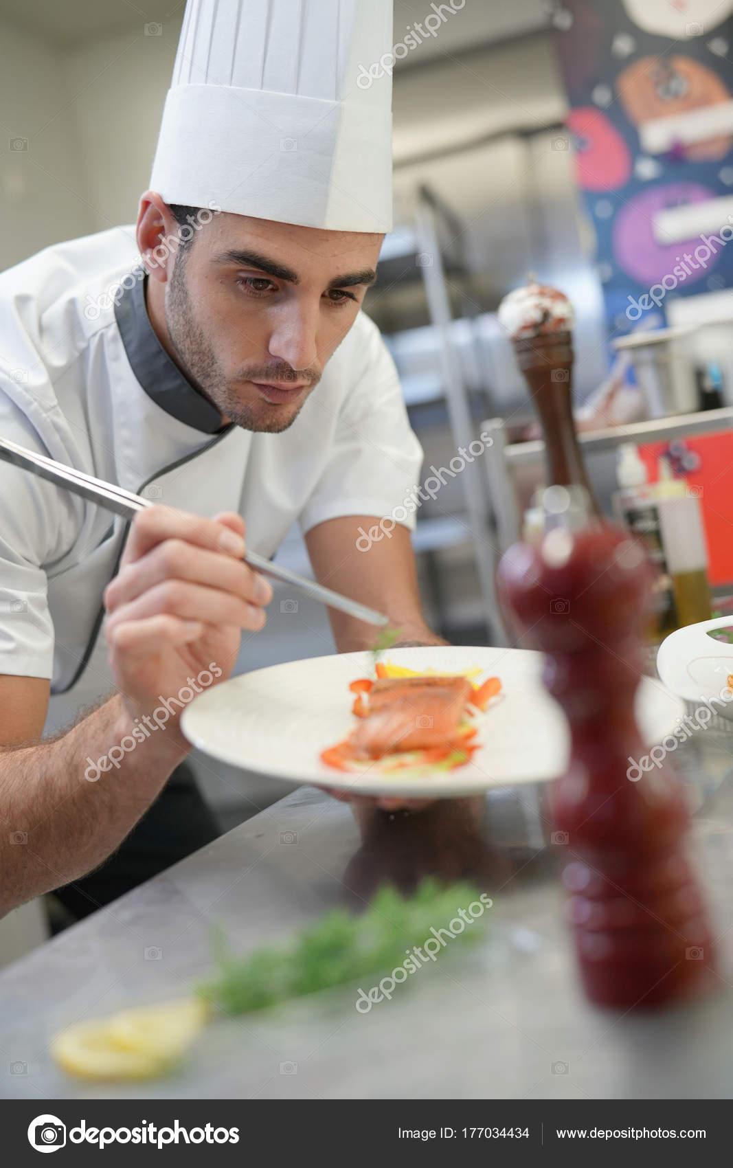 kitchen chef decor vessels set 专业厨师装饰盘子在餐馆厨房 图库照片 c goodluz 177034434