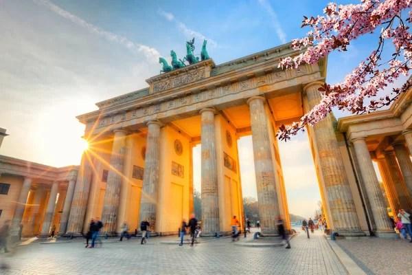 Brandenburger Tor im Frhling  Stockfoto  sborisov
