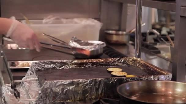 kitchen grills white table and chairs 在厨房里 厨师铺设大型蔬菜在烤架上 图库视频影像 c daria kozyreva
