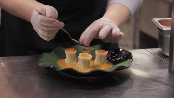 kitchen prep table outdoor kits 女人装饰准备的菜站在厨房的桌旁 图库视频影像 c daria kozyreva 154723452