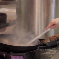 Kitchen Fryer Cabinets Paint 男子在餐厅的厨房里热油炸锅盘上激起蔬菜和肉 图库视频影像 男子在餐厅的厨房里热油炸锅盘上激起蔬菜和