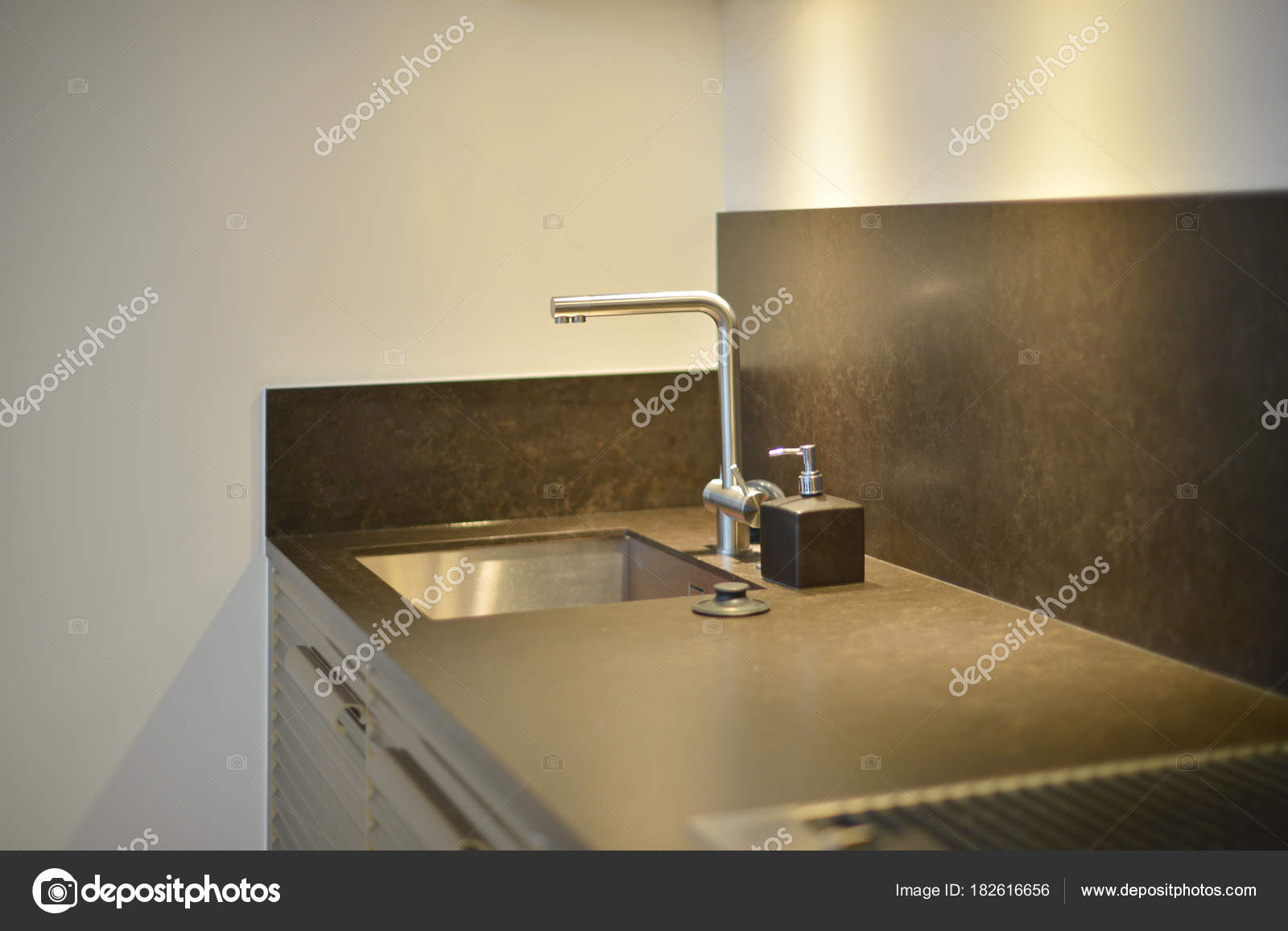 black sink kitchen cabinet sets for sale 厨房带照明的黑色水槽上的豪华水龙头 图库照片 c tampatra hotmail com