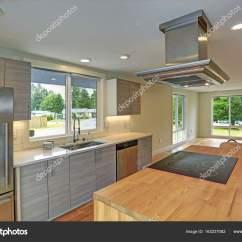 Gray Kitchen Island Narrow Tables 新改建的厨房拥有带兜帽的厨房岛 图库照片 C Alabn 163237082 新改建的厨房拥有厨房岛有罩 灰色振动筛文件柜 石英计数器和现代不锈钢器具 照片作者alabn