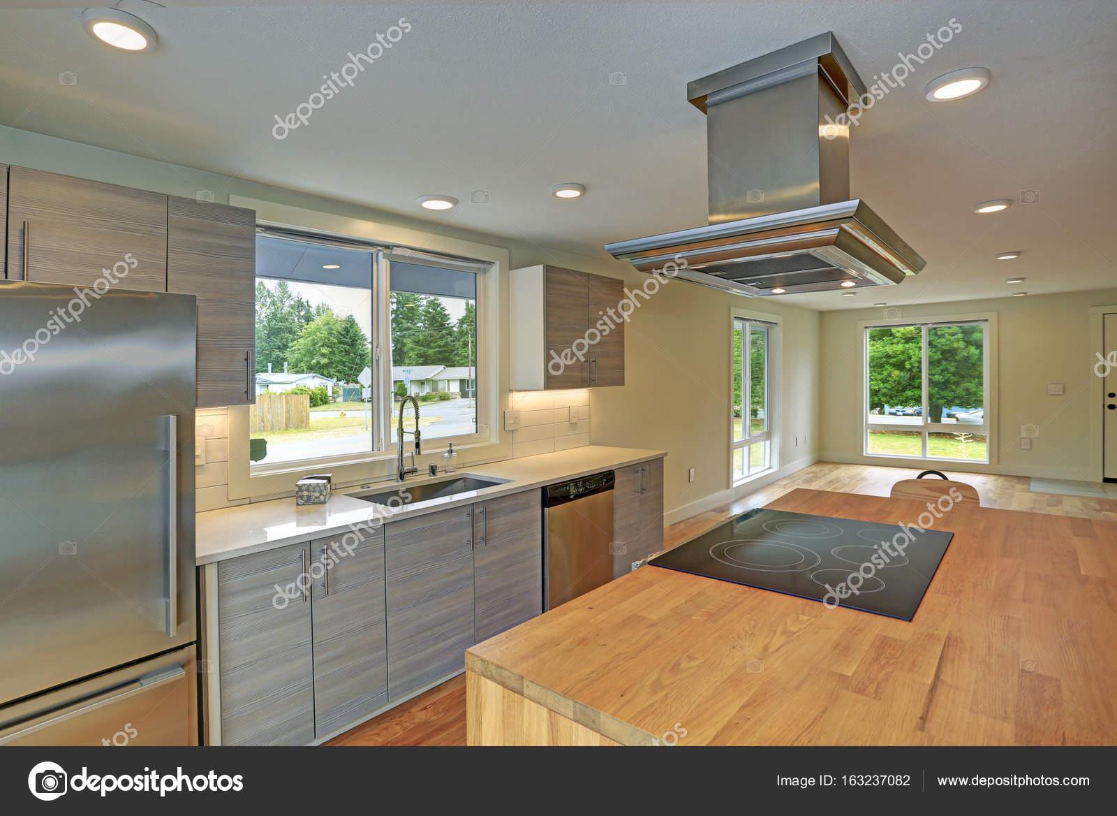island kitchen hood wall fan 新改建的厨房拥有带兜帽的厨房岛 图库照片 c alabn 163237082