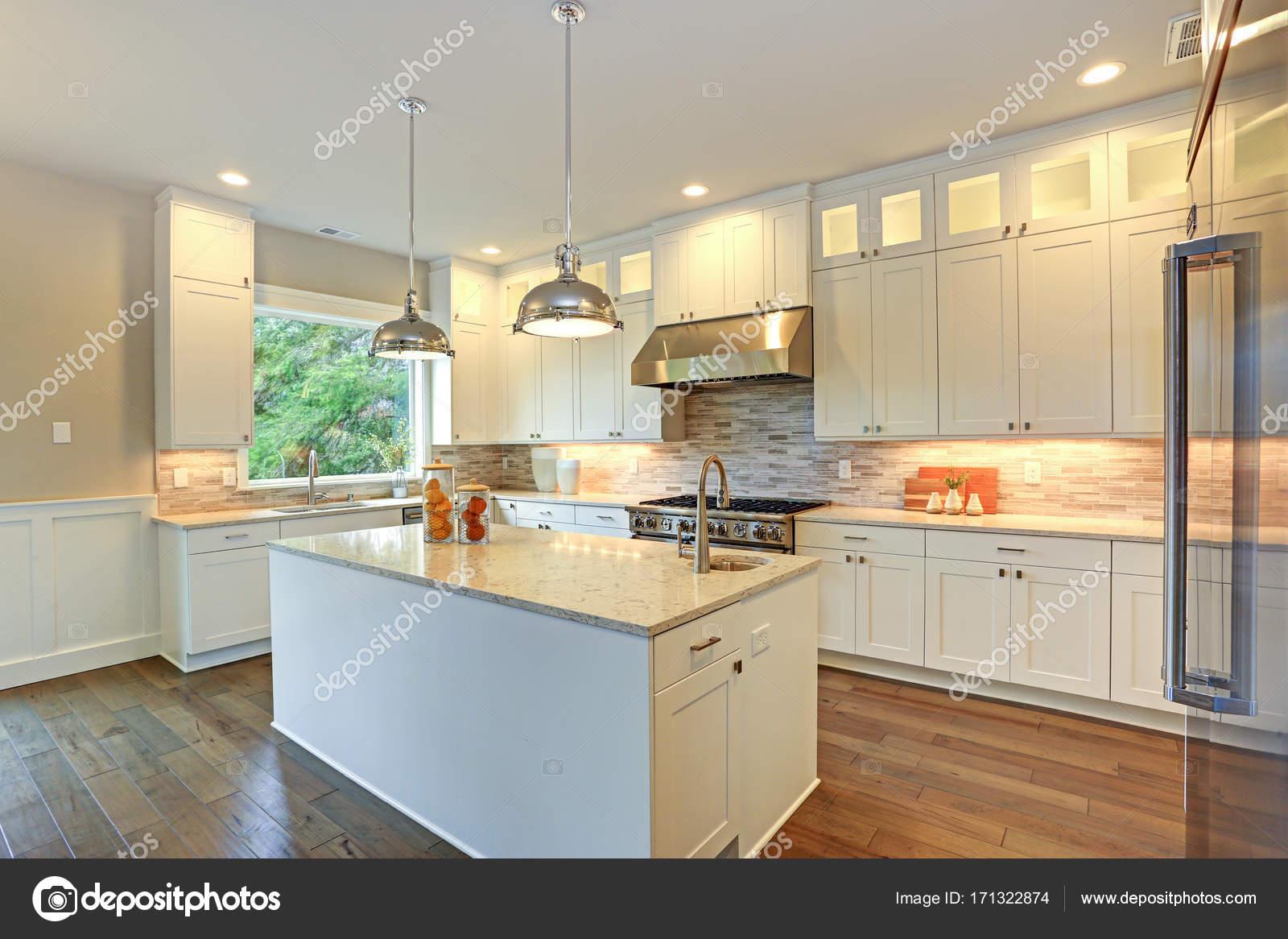 kitchen island counter glass cabinet knobs 奢华的白色厨房与大厨房岛 图库照片 c alabn 171322874