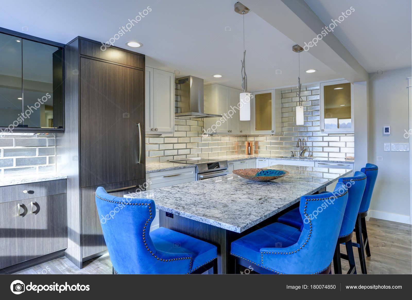 kitchen island tops cheap accessories 现代厨房房在公寓的家 图库照片 c alabn 180074850 配备精良的厨房设有一个大的厨房岛 顶上有灰色的石英石台面 两侧是蓝色簇绒餐椅和银色钉饰