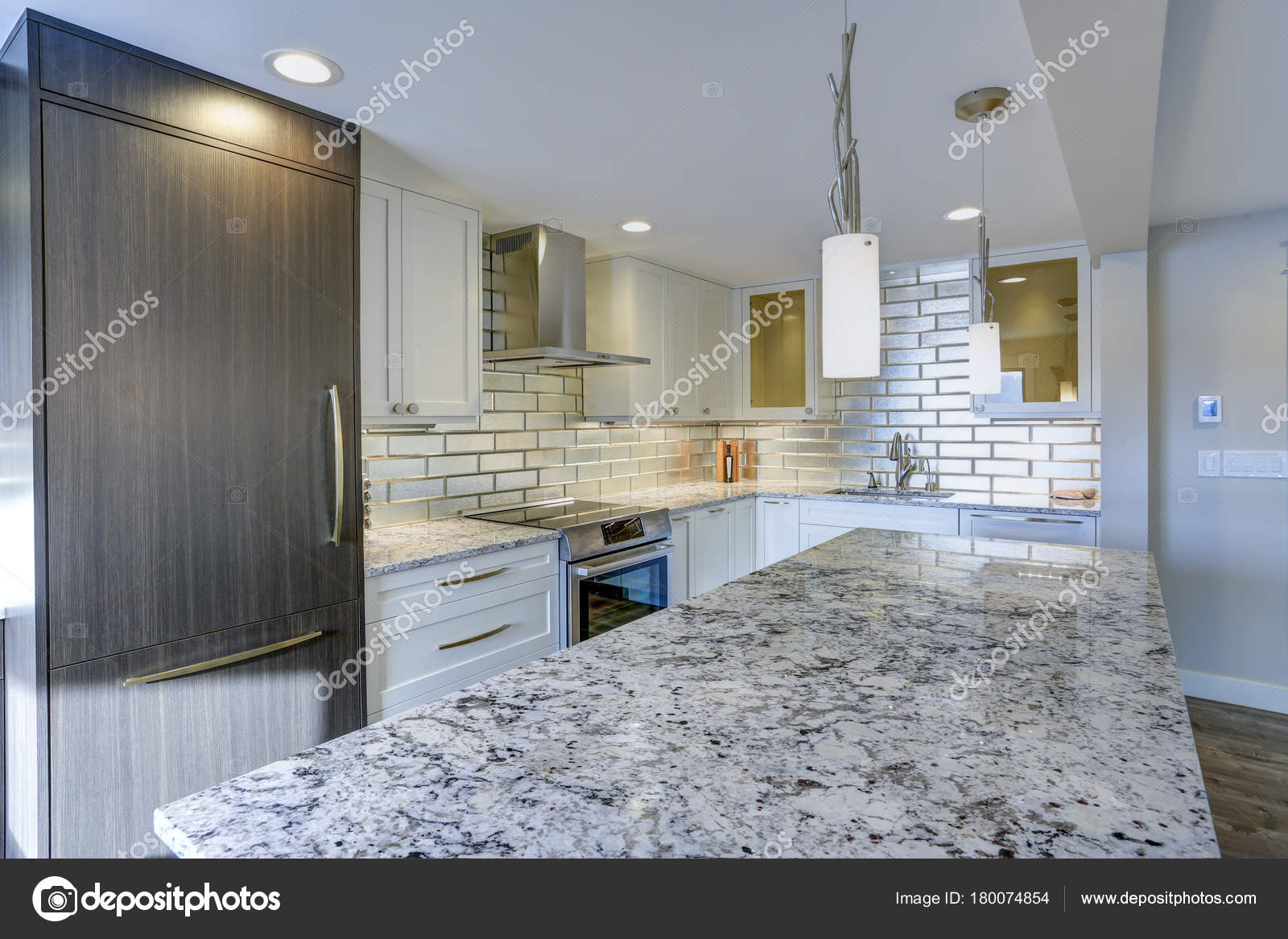kitchen island tops cabinets mn 现代厨房房在公寓的家 图库照片 c alabn 180074854 配备精良的厨房设有一个大的厨房岛 顶上有灰色石英石台面 银色后和白色振动筛柜 照片作者alabn
