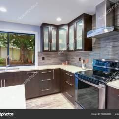 Kitchen Updates Tall Wall Cabinets 更新现代厨房室内的白色和深色色调 图库照片 C Alabn 183583688