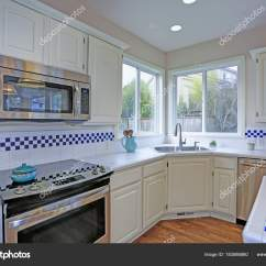 Shaker Style Kitchen Tables With Bench 开放白色厨房内部与厨房海岛 图库照片 C Alabn 183586880 宽敞的开放式平面图厨房内饰与白色振动筛橱柜框架新的不锈钢用具 厨房岛与马赛克瓷砖柜台顶部 照片作者alabn