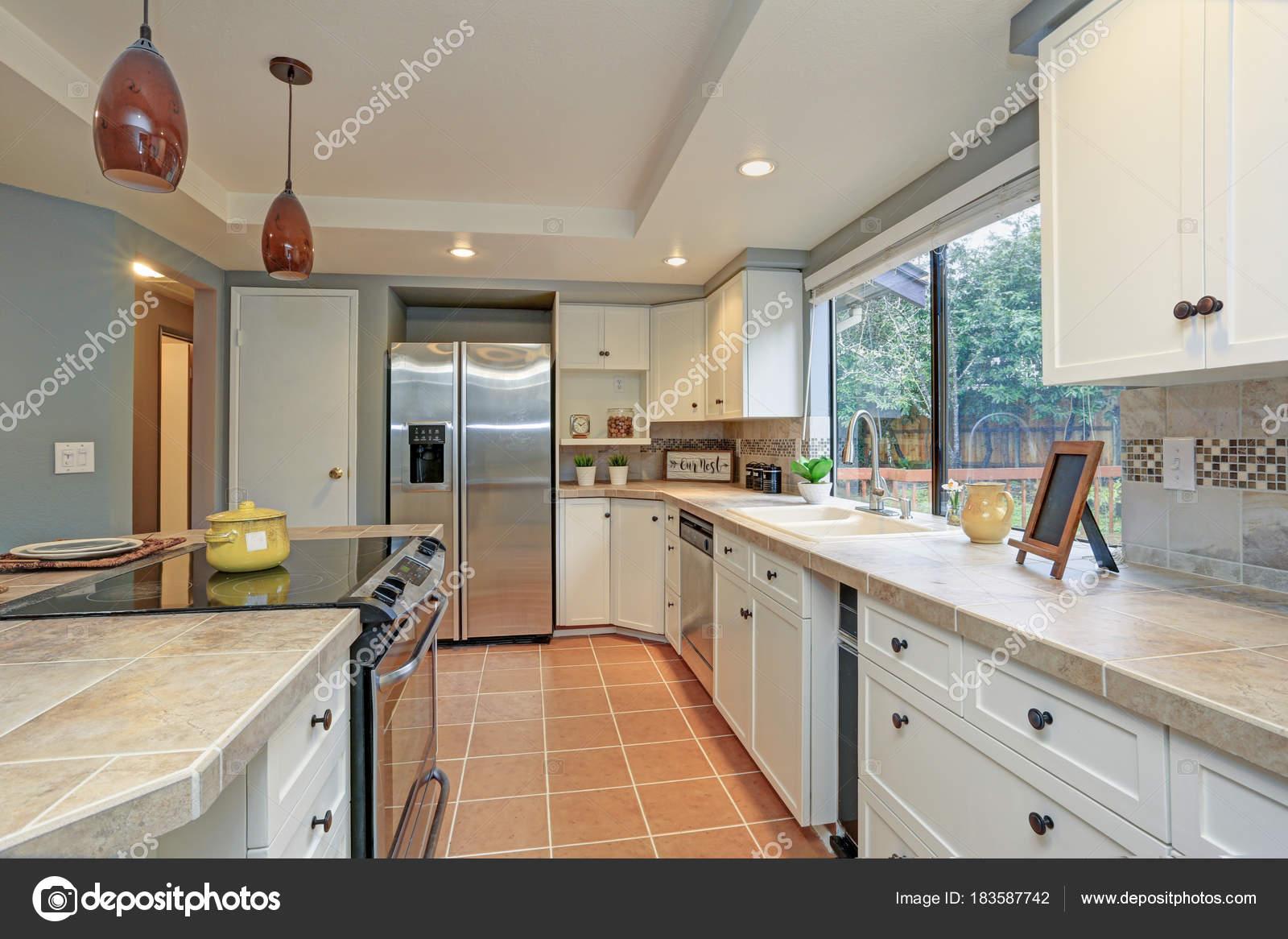 shaker style kitchen backsplash murals 二楼厨房拥有托盘天花板 岛 图库照片 c alabn 183587742 岛和白色振动筛柜 清新的自然色彩营造温馨的氛围 照片作者alabn