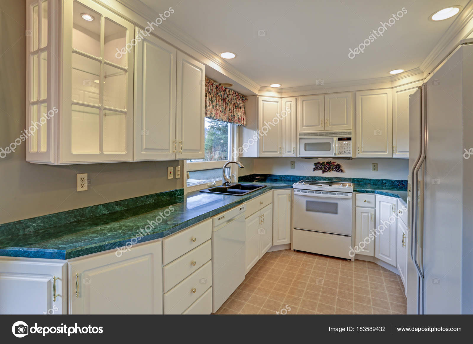 shaker style kitchen outdoor sets 配有白色橱柜的新装修厨房房 图库照片 c alabn 183589432 全新装修的厨房房 配备白色振动筛柜和绿色大理石台面 照片作者alabn