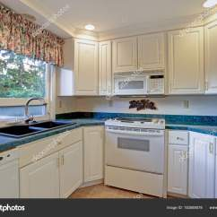 Shaker Style Kitchen What Is The Best Way To Unclog A Sink 配有白色橱柜的新装修厨房房 图库照片 C Alabn 183589578 全新装修的厨房房 配备白色振动筛柜和绿色大理石台面 照片作者alabn
