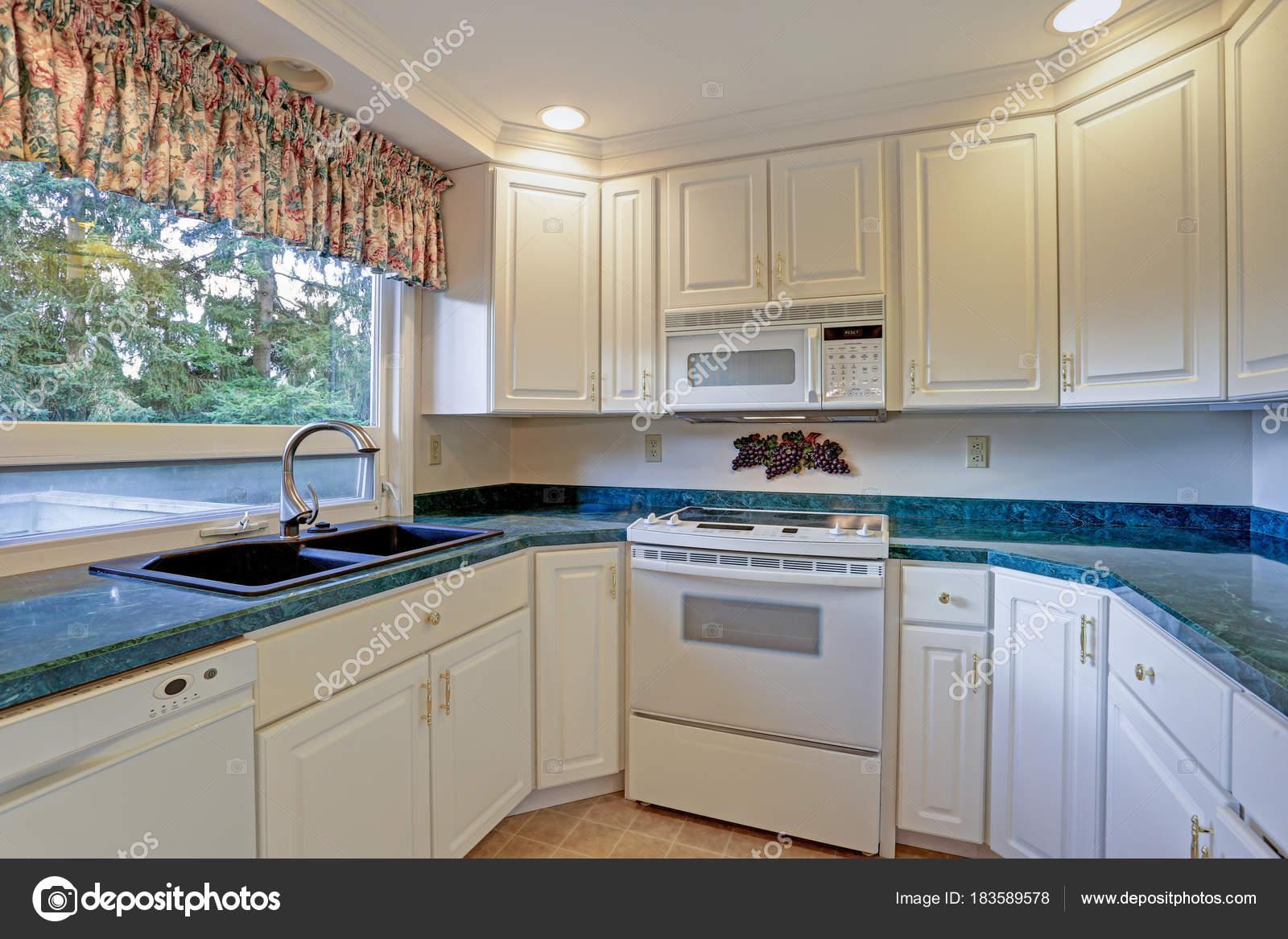 kitchen back splash cabinets set 配有白色橱柜的新装修厨房房 图库照片 c alabn 183589578