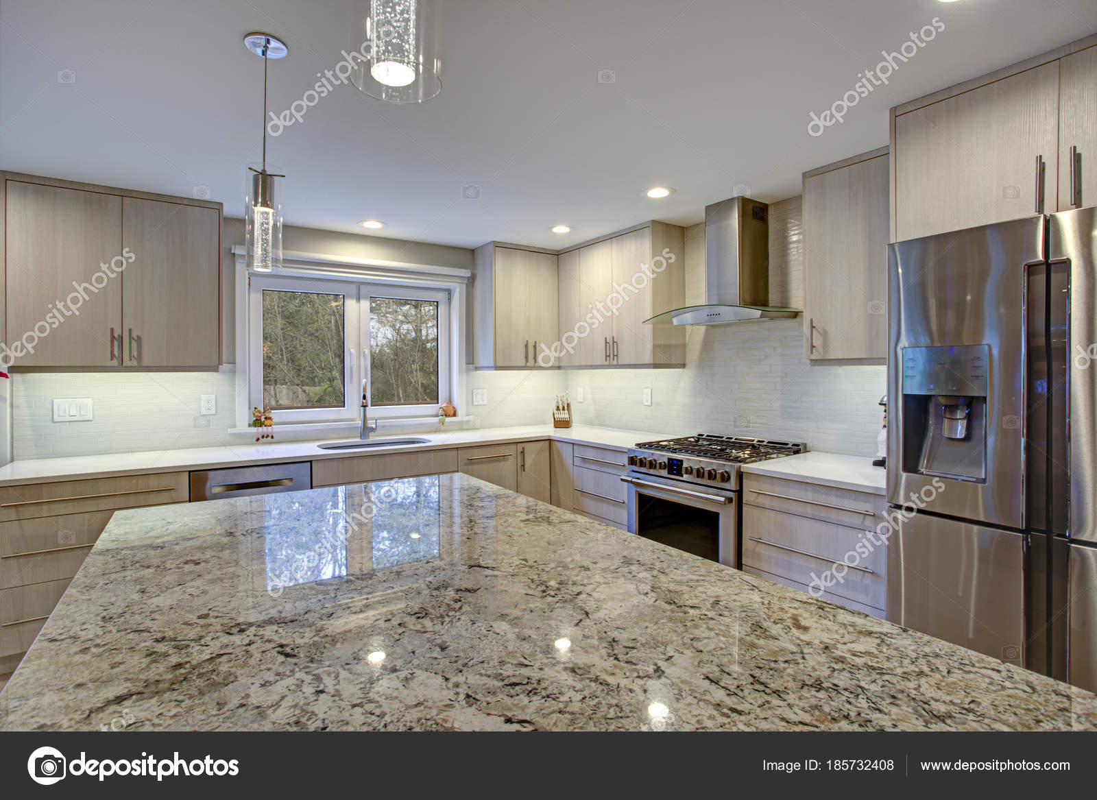kitchen back splash hotels in nyc with kitchens 可爱的厨房房间与厨房海岛 图库照片 c alabn 185732408