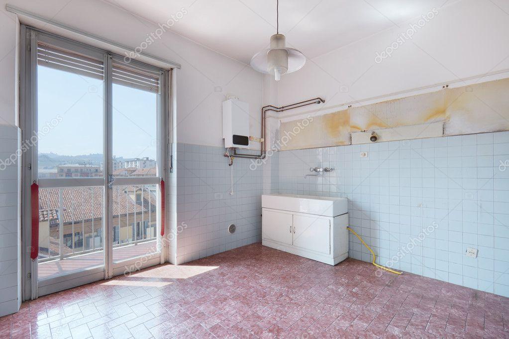 kitchen tiles flooring cabinet manufacturers 老空厨房瓷砖地板房 图库照片 c andreaa 128479706